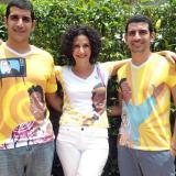 Judy Hazbún, junto con sus hijos Esteban y Carlos Alberto, modelando las camisetas.