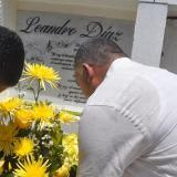 Ivo Díaz, hijo de Leandro, junto con varios amigos llevaron una ofrenda floral a la tumba del compositor.