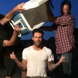 Con ducha helada, famosos apoyan campaña contra la esclerosis