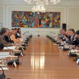 Juan Manuel Santos reunido con la Comisión Asesora de Paz en el palacio presidencial.