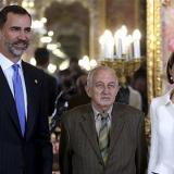 Los Reyes de España junto al Premio Cervantes de este año, Juan Goytisolo.