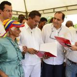 Momento de la entrega de los títulos de propiedad a algunos de los habitantes del barrio Villa Esperanza.