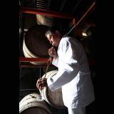 El maestro ronero cubano  Giraldo Mituoka Kagana,  cata ron en la Zona Franca.