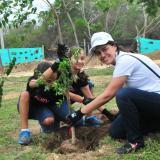 Ilva Gómez, gerente legal y de sostenibilidad de Situm, adoptó un árbol y lo sembró junto a sus hijas.
