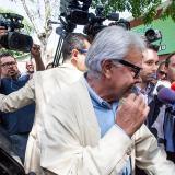 Felipe González saluda a varias personas antes de partir al aeropuerto de Maiquetía.