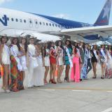 Las candidatas que compiten por el título de Reina de la Ganadería, a su llegada al aeropuerto de Montería.