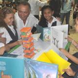 Niños beneficiados junto al alcalde Freddy Socarrás.