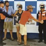 Los tres extranjeros estrechan sus manos con guardacostas, en señal de agradecimiento.
