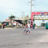 Reclaman retiro de puente peatonal que cubre media vía