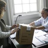 Una mujer deposita su voto en el Consulado General de Argentina en Montevideo.