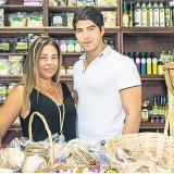 Madre e hijo se esmeran para brindar excelente atención y muy buenos productos.