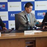 Mauricio De la Mora, presidente de la ANH (centro); Anthony Zaidi, de CNE, y Álex Martínez, de Conoco P.