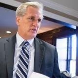 Kevin McCarthy, líder de la Mayoría en la Cámara habla con periodistas sobre la iniciativa aprobada.