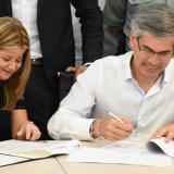 Momento en que Alcaldesa y Ministro de Justicia firman acuerdo para construcción de URI Zonal.