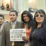 El congresista Carlos Eduardo Guevara, uno de los autores de la iniciativa, junto a Natalia Ponce y otras afectadas por agresiones con ácido, poco después de la aprobación.