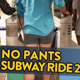 Personas en Nueva York pasean en el metro sin pantalones
