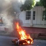 Comunidad prende fuego a moto de atracadores en el barrio Cevillar