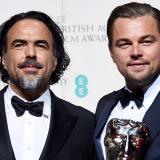 Leonardo DiCaprio junto al director Alejandro González Iñárritu con sus estatuillas de Mejor actor y Mejor director, en los premios británicos Bafta.