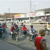 Motociclistas protestaron bloqueando el carril de Transmetro en la Murillo