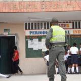 Un uniformado a la entrada de Nueva Esperanza.