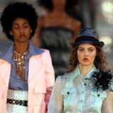 La modelo Lindsey Wixson luce prendas de la casa de moda