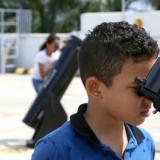 Niños observando desde los telescopios en la azotea del Planetario de Combarranquilla.