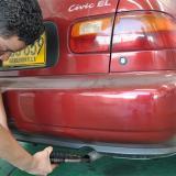 Un trabajador de un CDA realiza la prueba de gases a un vehículo.