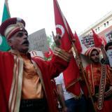 Ciudadanos turcos protestan afuera de la embajada alemana en Estambul.