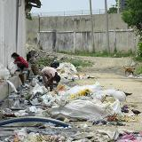 """Carrera 51 con Vía 40: En este punto los habitantes de la calle se reúnen en """"parches"""" para reciclar algunos elementos que puedan vender o que les sirva para tener un """"mejor dormir"""". Habitan en medio de la basura y las aguas negras. También hay algunos animales."""