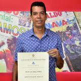Dos diplomas y una libreta militar falsa enredan al concejal Recer Lee Pérez