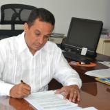 El contralor Carlos Rodríguez mientras revisa los informes de las auditorías.