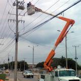 Personal de Electricaribe realizando trabajos en la vía 40.