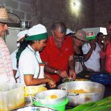 El gobernador Verano, acompañado por un grupo de participantes del Festival del Pastel de Pital de Megua.