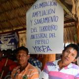 Los asistentes llevaron pancartas para expresar sus inquietudes sobre su territorio.