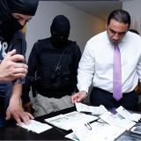 El Fiscal Contra el Crimen Organizado de Panamá Rafael Baloyes junto a personal de las autoridades panameñas revisando los documentos encontrados de las víctimas.