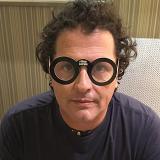 Carlos Vives con las gafas de la campaña.