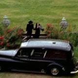 John Lennon y Yoko Ono frente al carro.