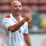 El técnico del Sevilla, el argentino Jorge Sampaoli, gesticula a sus jugadores ante el Mainz.
