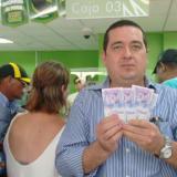 Wilson Hernández fue uno de los afortunados en llegar al Banco Agrario para cambiar cuatro billetes.