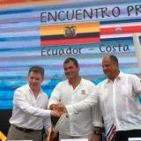 Los presidente se estrechan las manos durante el acto de entrega de la carta de límites marítimos.
