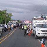 Por demora de ayudas y falta de luz, comunidad bloquea vía en Tasajera