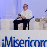 Monseñor Héctor Henao, director del Secretariado de Pastoral Social, y el periodista Juan Gossaín, durante el conversatorio en el Colegio La Enseñanza.