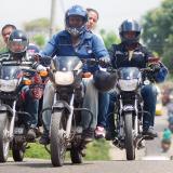 Motociclistas transitan por una avenida de la capital sucreña.