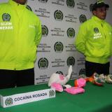 Policías frente a un decomiso de Éxtasis y de Cocaína Rosada o 2CB.