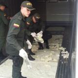 Policías inspeccionan la droga incautada en Cartagena.