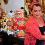 José Francisco Barba trae técnica de Dolores Hidalgo, México. Marilú mostrando una antigüedad del anticuario Emmanuel.