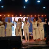 El grupo de vallenato Las Universitarias canta junto a la compositora Rita Fernández Padilla, homenajeada en el primer Encuentro Vallenato Femenino.