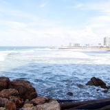 Señales de restricción a bañistas en las playas de Cartagena como medida de prevención por el alto oleaje.