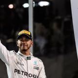 Lewis Hamilton celebrando en el podio.