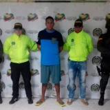 Dionisio Fría, entre los policías que lo capturaron.